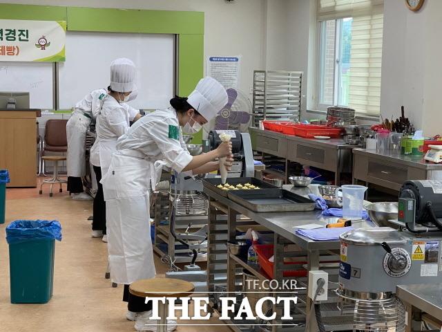 제50년차 전남 FFK(Future Farmers of Korea) 전진대회에서 참가 학생들이 신중한 모습으로 경연에 임하고 있다. /전남교육청 제공