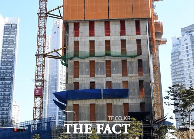 22일 경찰 등에 따르면 전주시 완산구 효자동의 한 오피스텔 신축 건설 현장 타워크레인 건설기계 위에서 근로자 A(60) 씨가 10m 아래로 추락해 숨졌다.사진은 기사내용과 관계없음./더팩트 DB