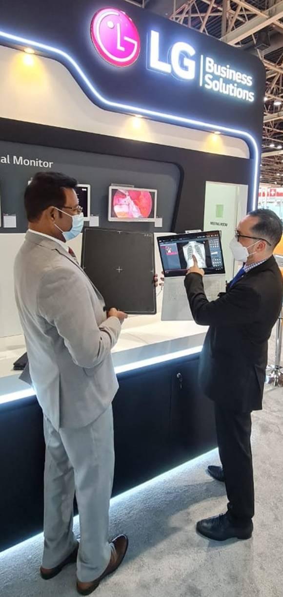 LG전자 직원이 오는 24일까지 두바이에서 열리는 중동 최대 의료기기 전시회 아랍 헬스에서 디지털 엑스레이 검출기를 소개하고 있다. /LG전자 제공