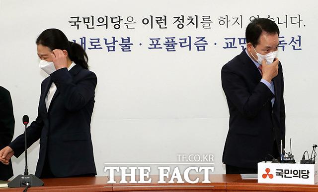권은희 국민의당 단장(왼쪽)과 성일종 국민의힘 단장이 22일 오전 서울 여의도 국회에서 열린 국민의힘과 국민의당 합당관련 실무협상단회의에서 기념촬영이 끝나고 자리에 앉고 있다. /국회=이선화 기자