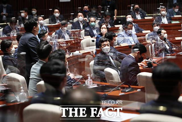 회의 공개 여부와 관련 설훈 의원의 의사진행 발언 경청하는 의원들