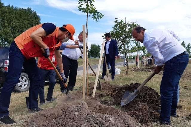 한상규 SK Battery Hungary CEO(왼쪽)와 아틸라 몰나르 코마롬 시장이 헝가리 코마롬시에서 환경개선 자원봉사 활동을 하고 있다. /SK이노베이션 제공