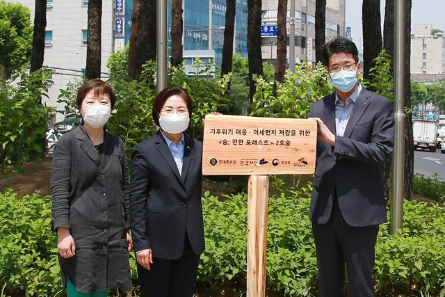 롯데홈쇼핑은 22일 서울 은평구청 부근 교통섬에 미세먼지 저감을 위한 친환경 녹지공간 숨;편한 포레스트 2호를 조성했다고 밝혔다. /롯데홈쇼핑 제공