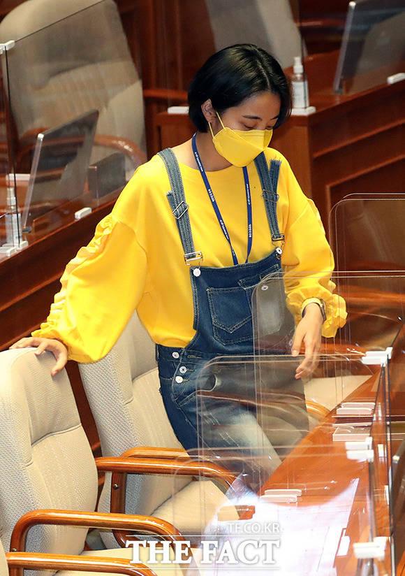 류호정 정의당 의원이 23일 오후 서울 여의도 국회 본회의장에서 열린 경제분야 대정부질문에 참석해 자리하고 있다. /국회=이선화 기자
