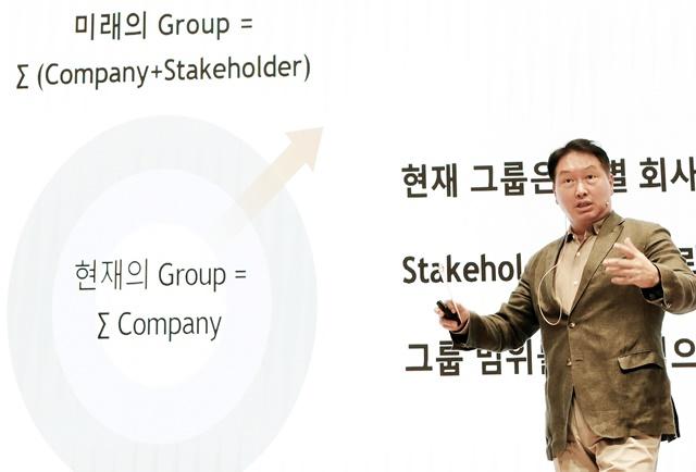 최태원 SK그룹 회장이 22일 경기 이천 SKMS연구소에서 열린 2021 확대경영회의에서 마무리 발언을 하고 있다. /SK그룹 제공