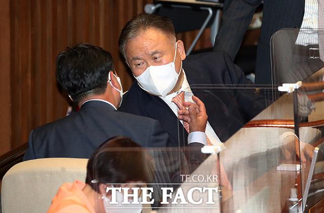 조직강화특위 위원장에 임명된 윤관석 사무총장과 대화하는 이상민 의원