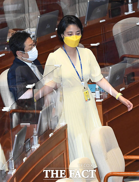 환노위 전체회의에서 입었던 노란 원피스를 입고 등장한 류 의원.