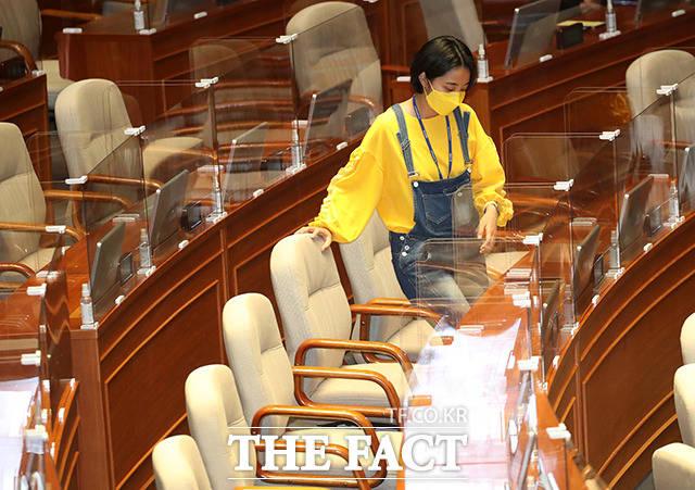 전날 노동자의 작업복에서 유래한 멜빵바지를 입고 본회의장에 출석한 류호정 정의당 의원. 본회의장에서 낯선 의상으로 질타를 받았음에도