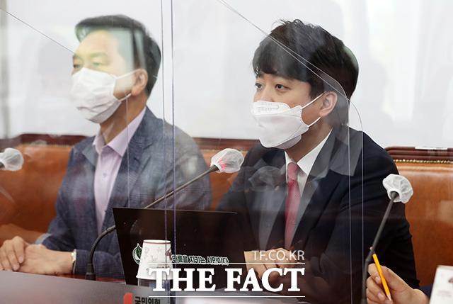 이준석 국민의힘 대표(오른쪽)가 24일 오전 서울 여의도 국회에서 열린 최고위원회의에서 모두발언을 하고 있다./이선화 기자