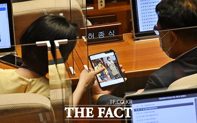 이거 봤어요? 허 의원과 함께 자신의 의상이 실린 사진기사를 확인하는 류 의원.