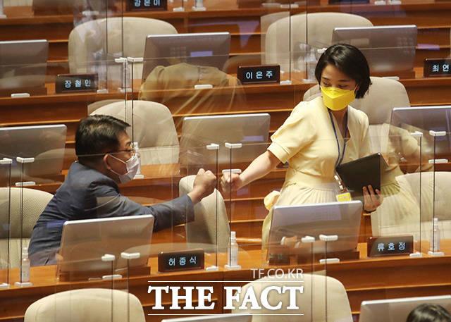 먼저 자리해 있던 허종식 더불어민주당 의원과 주먹 인사 나누는 류 의원.
