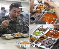 '고기와 멜론, 찌개로 가득!'…백마부대 점심 맛보는 윤호중 [TF사진관]