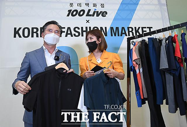 박진규 산업통상자원부 차관이 롯데백화점몰 100live(라이브 커머스) 방송을 통해 패션 제품을 판매하고 있다.