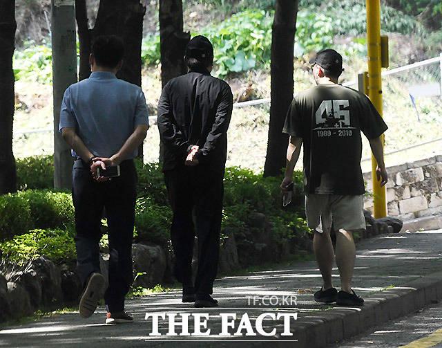 19일 서울 서초동의 한 공원에서 관계자들과 산책을 하며 이야기를 나누는 윤 전 총장(가운데)./이효균 기자