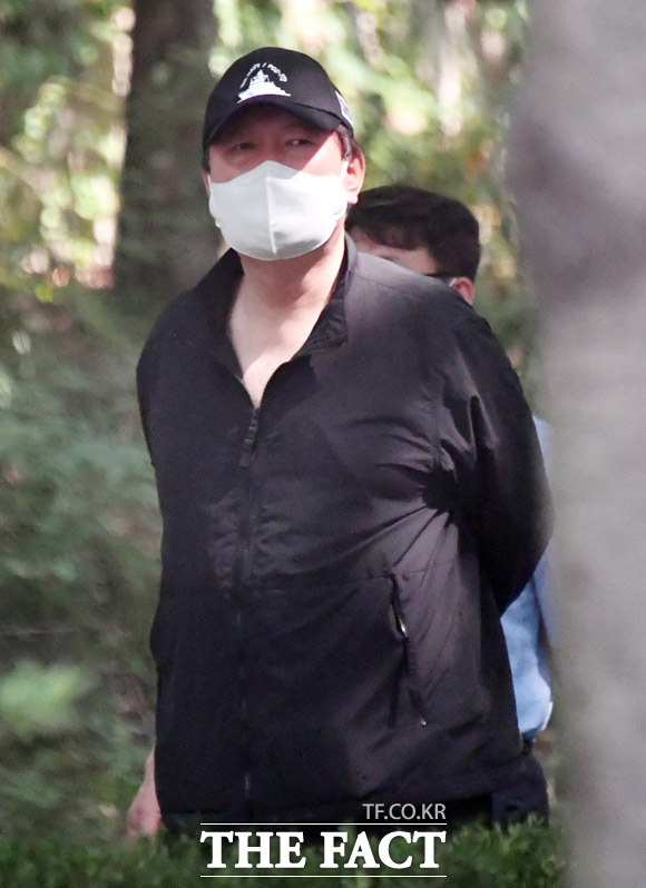 6월 들어 보훈이 곧 국방이라고 외쳤던 윤 전 총장이 19일 서초동의 한 공원에서 천안함 모자를 쓰고 산책을 하고 있다. /이덕인·임세준 기자