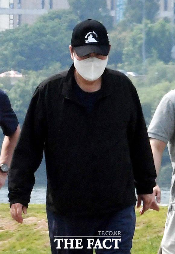 29일 대선 출마 선언를 하는 윤석열 전 검찰총장이 23일 오후 참모들과 함께 반포한강공원을 산책하고 있다. 머리에 쓴 천안함 모자가 눈에 띈다. /임영무 기자