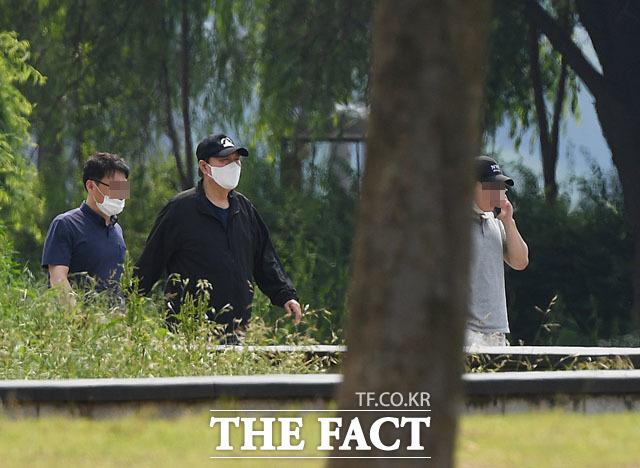 윤석열 전 총장이 23일 반포한강공원에서 관계자들과 함께 산책을 하고 있다. 산책 중 참모들과의 이야기는 약 1시간 가량 계속됐다. /이새롬 기자