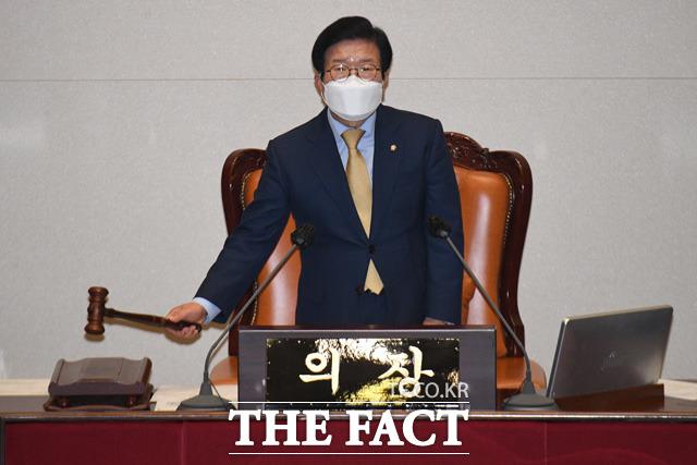 29일 오후 서울 여의도 국회에서 열린 본회의에서 박병석 국회의장이 의사봉을 두드리고 있다.