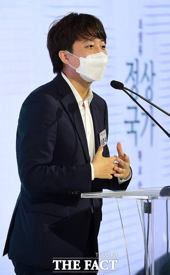 황 전 대표의 출판을 축하하는 이준석 현 대표의 훈훈한(?) 행보.
