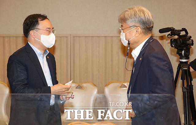 문승욱 산업통상자원부 장관(왼쪽)과 이경수 과학기술정보통신부 과학기술혁신본부장이 인사를 나누고 있다.