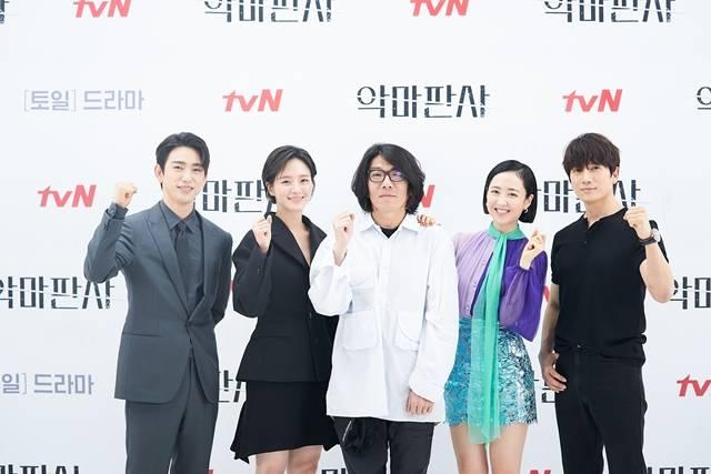 진영 박규영 최정규 감독 김민정 지성(왼쪽 부터)이 tvN 새 토일드라마 악마판사 제작발표회에 참석했다. /tvN 제공