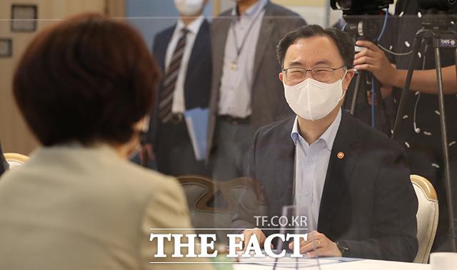 문승욱 산업통상자원부 장관(오른쪽)이 한정애 환경부 장관과 대화하며 미소를 짓고 있다.