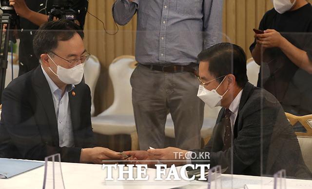 문승욱 산업통상자원부 장관(왼쪽)과 김세훈 현대자동차 부사장이 인사를 나누고 있다.