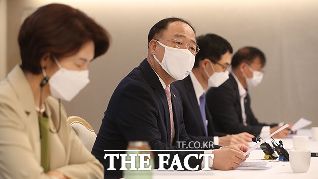 홍남기 경제부총리 겸 기획재정부 장관(가운데)이 모두발언을 하고 있다.