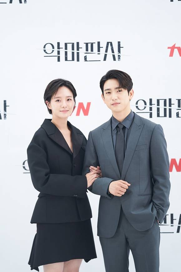 박규영(왼쪽)은 진영에게 친구 이상의 감정이 있다고 설명하며 로맨스를 예고했다. /tvN 제공
