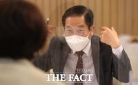 한정애 환경부 장관과 대화 나누는 김세훈 현대차 부사장 [포토]