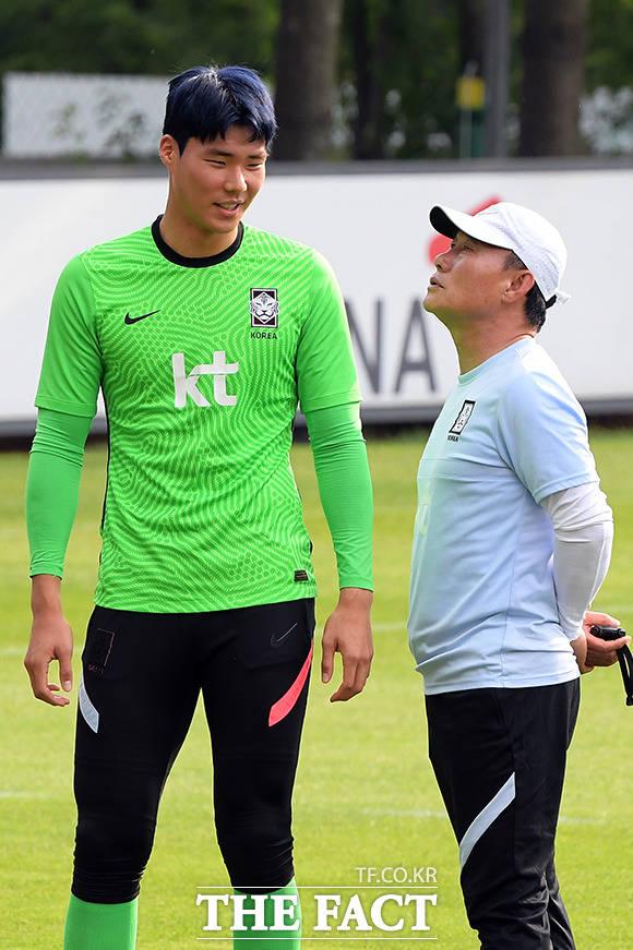 훈련 도중 송범근 선수의 파란 머리가 눈에 들어온 김학범 감독