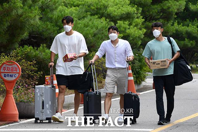 함께 걸어오는 원두재와 이강인, 김진야(왼쪽부터)