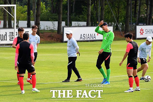 도쿄올림픽까지 D-21, 훈련 지켜보며 선수들과의 거리를 좁혀가는 아빠같은 김학범 감독