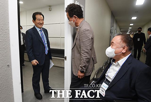 정세균 후보가 중앙당선관위원장 자격으로 응원 온 이상민 의원과 인사를 나누고 있다.