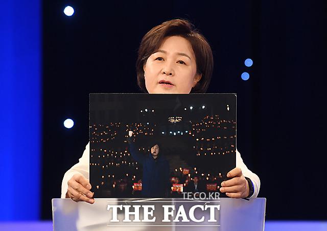 추미애 후보가 대표시절 여의도 국회 앞에서의 촛불 집회 당시 모습을 내 인생의 한 장면으로 공개했다.