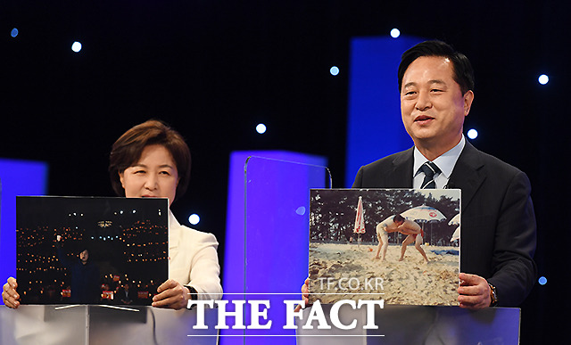 김두관 후보(오른쪽)가 씨름에서 뒤집기하던 모습을 내 인생의 한 장면 사진으로 공개하고 있다.