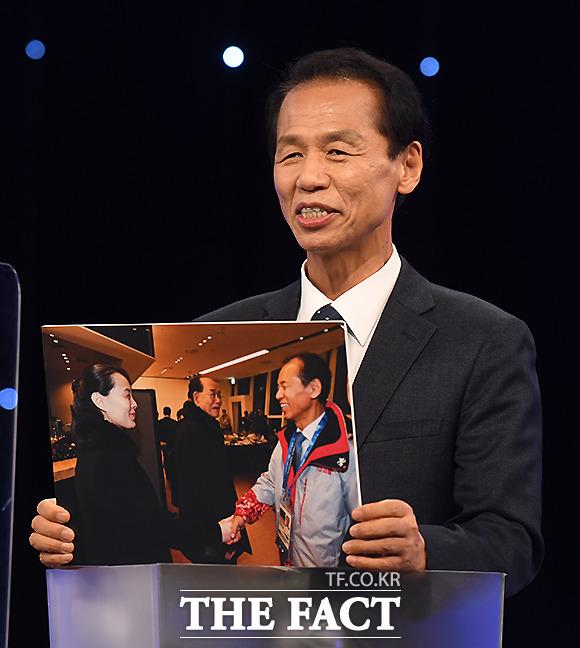 최문순 후보가 평창 올림픽 당시 김여정 북한 부부장, 김용남 위원장과 인사 나누는 사진을 공개하고 있다.