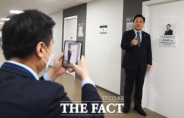 김두관 후보가 자신의 대기실 앞에서 기념촬영을 하고 있다.
