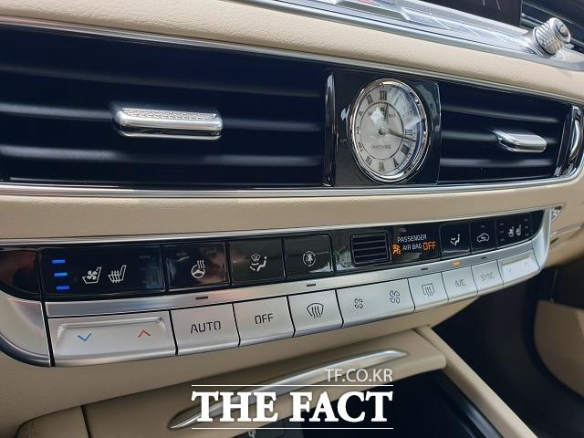 K9의 센터페시아 상단에는 기존 현대차·기아의 준대형급 이상 고급 세단에서 하나의 관습처럼 이어져 왔던 원형 모양의 아날로그 시계가 적용됐다.