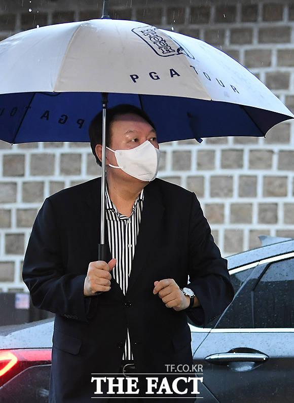 그의 손에 들린 건 PGA TOUR 골프 우산.