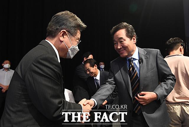 악수하는 이재명(왼쪽), 이낙연 후보.