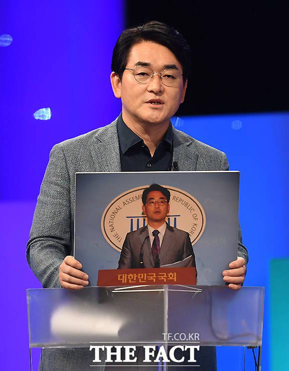 박용진 후보가 2012년부터 2014년 대변인 시절의 모습을 공개하고 있다.