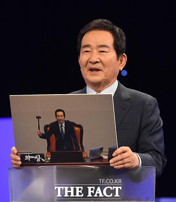 정세균 후보가 박근혜 전 대통령 탄핵이 가결됐을 당시의 사진을 내 인생의 한 장면 으로 공개하고 있다.