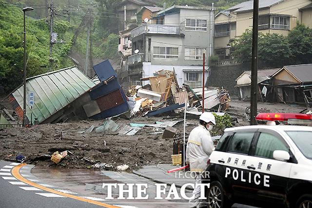 3일 일본 아타미 이즈산지구에 내린 기록적인 폭우로 이즈산에서 산사태가 발생해 주택 등을 덮치며 파손된 가옥이 진흙과 각종 잔해로 뒤덮여 있다. /아타미=교도.로이터