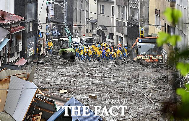 4일 일본 도쿄 서부 아타미 이즈산지구에서 경찰이 폭우로 인한 산사태 현장에서 수색구조 작업을 벌이고 있다. /아타미=교도.로이터
