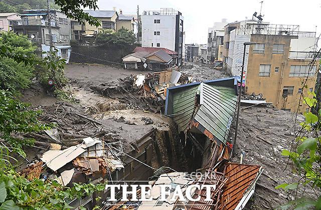 3일 일본 아타미 이즈산 지구에서 폭우로 인한 산사태로 피해를 입은 주택들이 보이고 있다. /아타미=교도.로이터