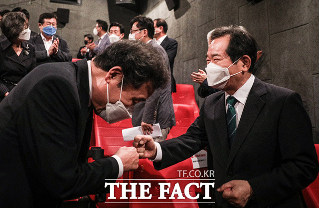 대선 출마를 공식 선언한 이낙연 더불어민주당 후보(왼쪽)가 5일 서울 여의도 IFC몰 CGV에서 진행된 대선 출마선언식에서 행사장을 찾은 정세균 후보와 주먹 인사하고 있다./이낙연 캠프 제공