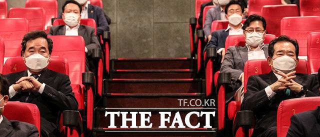 대선 공식 출마를 선언한 이낙연 전 대표가 5일 서울 여의도 IFC몰 영화관에서 온라인으로 출마를 선언한 가운데 행사에 참석한 정세균 전 총리와 영상을 시청하고 있다.
