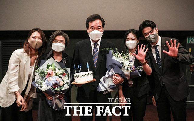 이낙연 더불어민주당 전 대표(가운데)와 아내 김숙희 씨, 오영환 더불어민주당 의원, 캠프 관계자들과 기념사진을 찍고 있다.