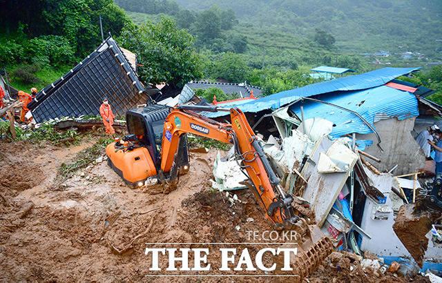 6일 전남 광양시 진상면 한 야산에서 흘러내린 토사가 주택 등을 덮쳐 실종자 1명이 발생한 가운데 소방관들이 구조작업을 벌이고 있다. /광양=뉴시스